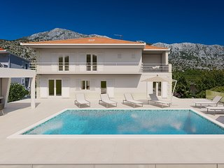VILLA ALMIC with heated pool, 5 bedrooms,Gaming room, multi-use playground court