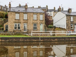 CANALSIDE COTTAGE, woodburner, freestanding bath, canal views, in Farnhill