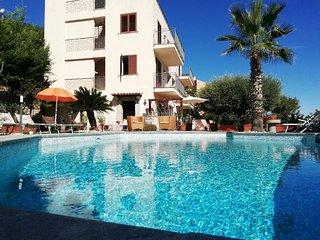 Residenza Santa Barbara,appartamento in villa con piscina.