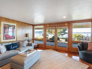 Waterfront Lakebay Home w/ Beach & Kayaks!