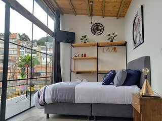 PENTHOUSE - INDUSTRIAL LOFT STUDIO, TERRACE, BBQ, SOFA BED AND SAFE LOCATION