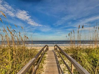 New! Harbor Island 1st fl End Unit. Sleeps 4. Just 3 Steps to the Beach Path Fro