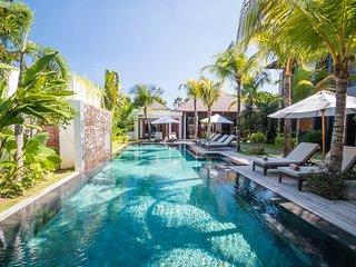 AC 6 Bedroom + 6 Bath Villa with Swimming Pool Access - ********