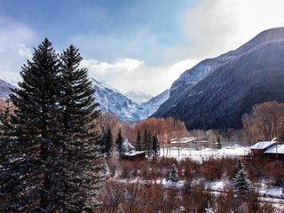 Contemporary alpine getaway with shared hot tub - walk/shuttle to gondola