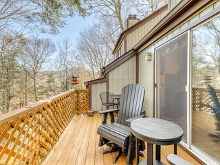 Woodland condo close to ski lodge w/private balcony & wood-burning fireplace