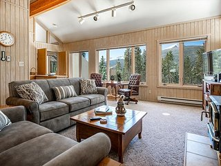 Blue River Pines Home: Peaceful, Hot Tub, Views!
