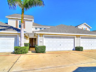 Charming & dog-friendly townhome w/shared pool, grills, loft, close to beach