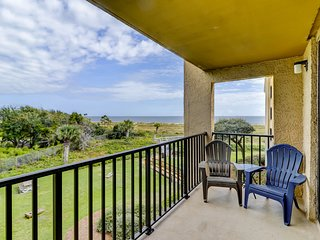 Beautiful condo w/ ocean view, beach access & shared pools/hot tub/tennis!