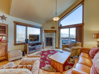 Downtown home w/ a gas fireplace & beautiful mountain views - dogs welcome!