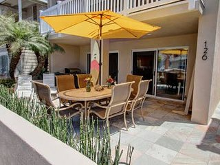 30 Seconds to Beach/Dolphins! Garage Parking/Bikes/WiFi/Washer! Sparkling clean!