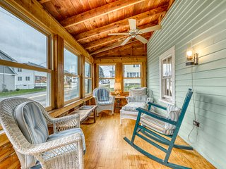 Charming oceanfront cottage w/enclosed porches, steps to the water! Dogs OK!