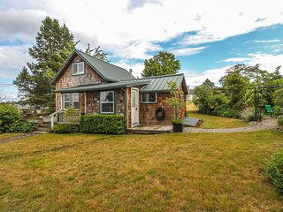 Ideally located downtown cottage w/ fireplace, deck & patio - 2 dogs welcome!