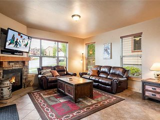 Corner Lot, SF Home -Private Hot Tub, Clubhouse Pool & Gym -Garage Parking