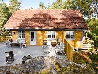 Nice home in Sponvika w/ 4 Bedrooms