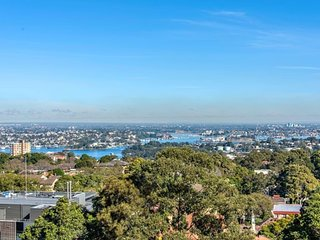 Crows Nest Family Apartment - 10 mins to CBD