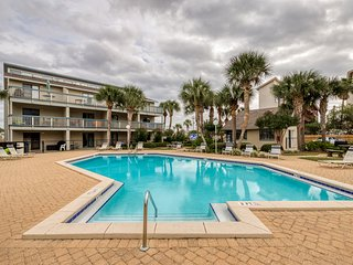 Bright & shiny coastal condo w/ a shared pool & easy beach access
