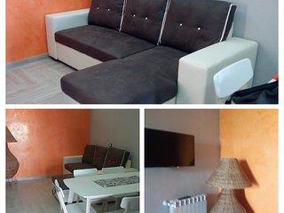Soggiorno con divano letto matrimoniale comodissimo con schermo LCD e tavolo per momenti conviviale