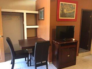 Habitación amueblada con baño propio, wifi y cochera