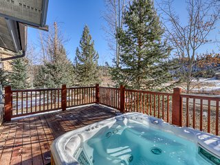 Updated townhome w/private hot tub, balcony & grill - Close to water & lifts!