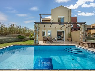 Athina's 3BRS Villa On The Sea Chania