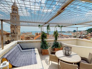 Penthouse Augubio with big terrace overlooking the city