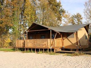 Onze Safari Beach Lodges staan op het strand met uitzicht over de visvijver!