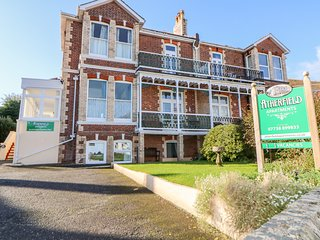 LAWNSIDE open-plan accommodation close to beach, Paignton