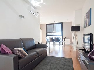 Bright &  Modern 2 Bed Apt, w/Balcony in Gracia