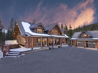 Stunning Mountain Residence offering Privacy, Views & Outdoor Hot Tub!