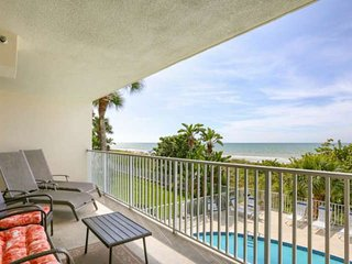 Beachfront with Balcony Gulf Views, W/D, Free Wi-Fi, Cable & Parking, Beachfront