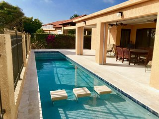 Custom-built Villa with pool and ocean views - Walk to the beach!