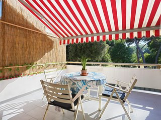 Cosy apartment walking distance to the beach, large terrace, pine wood front