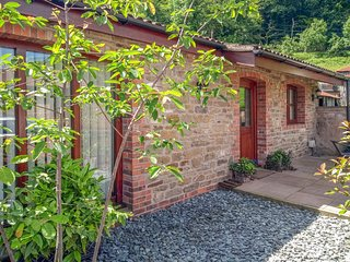 THE OLD DAIRY 2, ground floor barn conversion, pet-friendly, WiFi, Mitcheldean