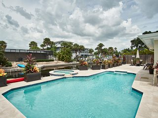 Seista Key Village Canal House with Heated Pool and Jacuzzi