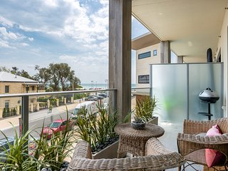 Blue Waters on the Beach: absolute beachfront, views