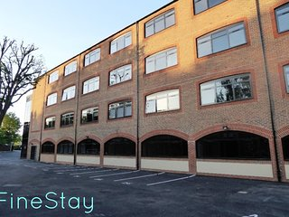 Stunning 1 Bedroom Apartment with private parking and free use of Gym