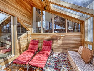 Spacious multi-level ski chalet w/private hot tub, grill & mountain views!