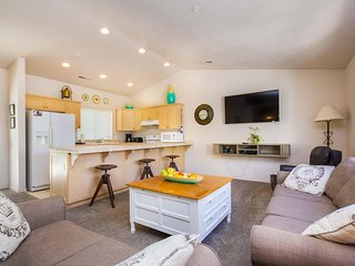 Upscaled 2 BD / 2 BA Condo with Vaulted Ceilings