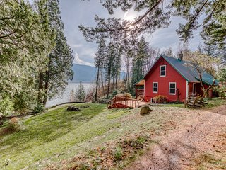 Peaceful & secluded, dog-friendly cabin w/ amazing Columbia River & gorge views!