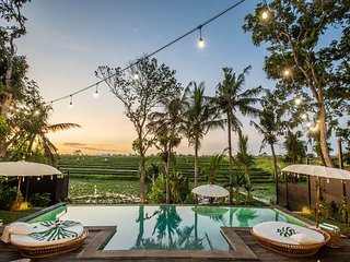 SPECIAL PROMO -40%, Breathtaking Private villa, 6 BR, Canggu w/ staff