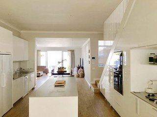 3 Bedroom, 3 bathroom modern light spacious Cottacge in the heart of Sea Point
