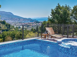Stunning home in Split w/ WiFi, 4 Bedrooms and Jacuzzi (CDF801)