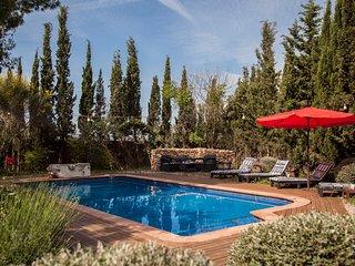 Catalunya Casas: Cozy Villa Franca with rustic vibes, 12 km to the beach!