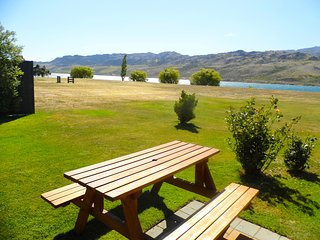 Pisa Lakefront - Cromwell Holiday Home