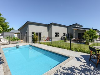 Modern Poolside - Havelock North Holiday Home