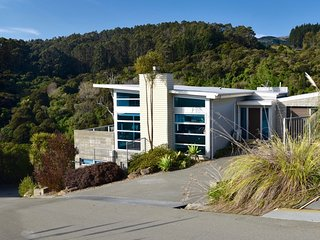 Modern Vista - Akaroa Holiday Home