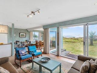La Casa de la Playa - Beachfront Waikanae Holiday Home