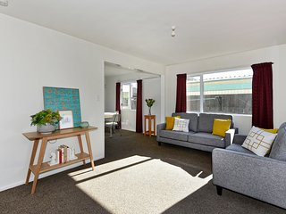 Sunny Christchurch Townhouse - Holiday Home
