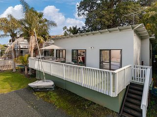 The Swashbuckler's Cabin - Tawharanui Holiday Home
