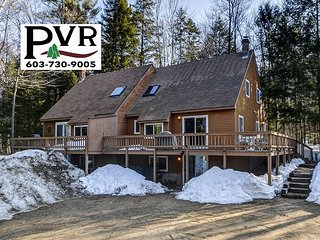 Spacious 4BR Townhouse Near Skiing & Hiking w/ Cable, WiFi & Large Deck!